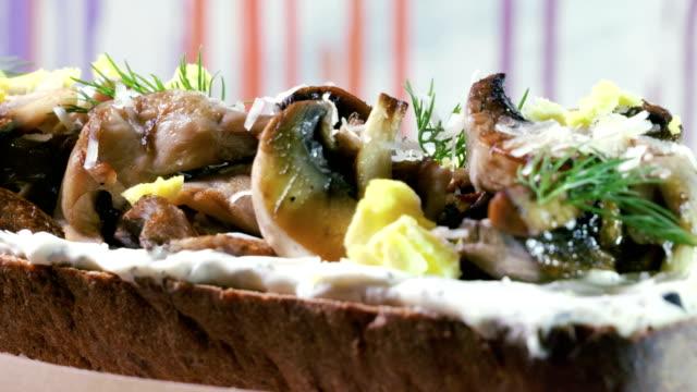 stockvideo's en b-roll-footage met europese gerechten. sandwich met roggebrood, gebakken champignons, kaas en dille. 4k - venkel