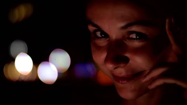 stockvideo's en b-roll-footage met europese dame met bruine ogen kijkt naar camera en glimlacht - portait background