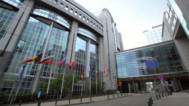 europäische parlament mit fahnen in brüssel - europäische union stock-videos und b-roll-filmmaterial