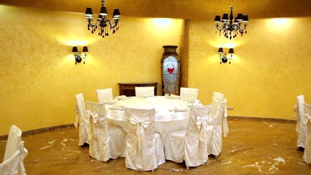 Restaurante Europeu em cores brilhantes. O design interior do restaurante. - vídeo
