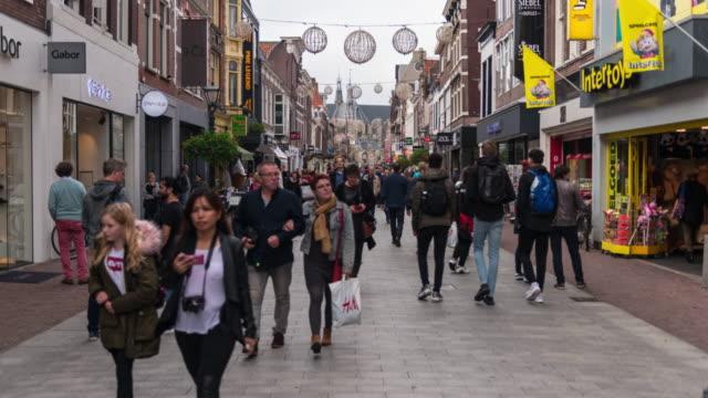vídeos de stock, filmes e b-roll de hiper lapso: rua comercial europeu - centro da cidade