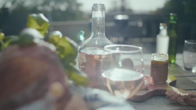 太陽の下でヨーロッパ スタイルのピクニック - イタリア料理点の映像素材/bロール