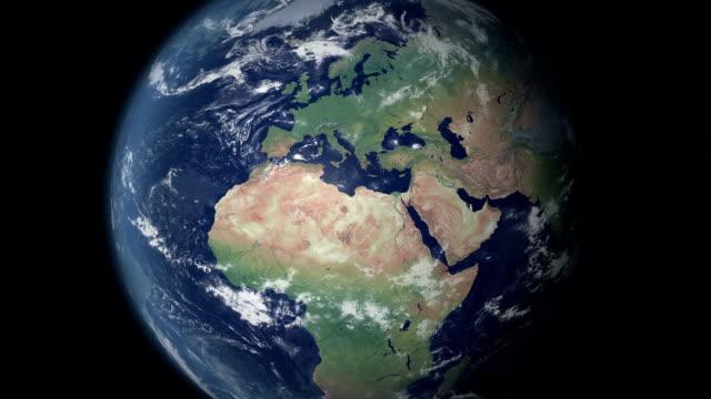 die europäische union öffnet sich nach erde zoom (grenzen alpha matte) - europa kontinent stock-videos und b-roll-filmmaterial