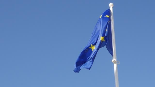 stockvideo's en b-roll-footage met europese unie herkenbare vlag zwaaien voor blue sky 4 k - maastricht