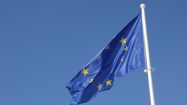 stockvideo's en b-roll-footage met europese unie slowmotion herkenbare vlag zwaaien voor blauwe hemel - maastricht