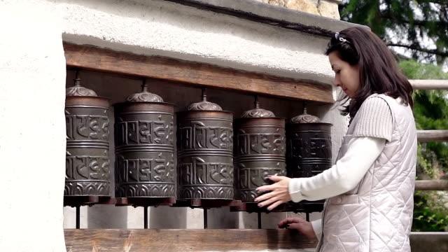 ヨーロッパ女性の祈りのホイール スピンします。 - ネパール人点の映像素材/bロール