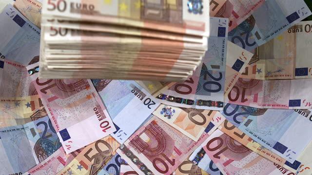 euro rechnungen fallen, slow-motion - euros cash stock-videos und b-roll-filmmaterial