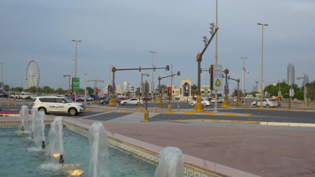 вечером абу-даби марина фонтан движения перекресток панорама 4k объединенных арабских эмиратов - uae national day стоковые видео и кадры b-roll