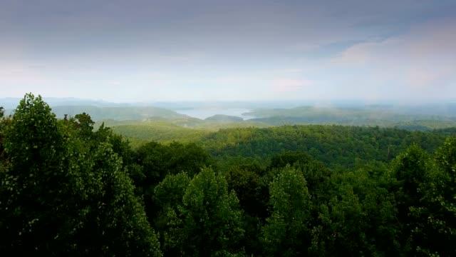 antenna serale dei laghi nelle montagne blue ridge della carolina del sud - monti appalachi video stock e b–roll