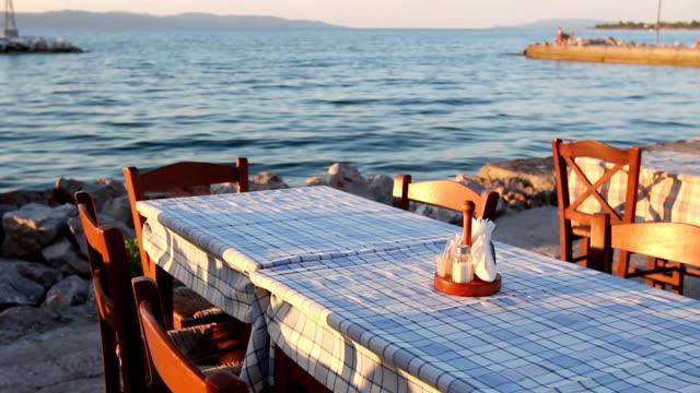 vídeos de stock, filmes e b-roll de noite na taverna grega tradicional, restaurante junto ao mar aberto - cultura grega