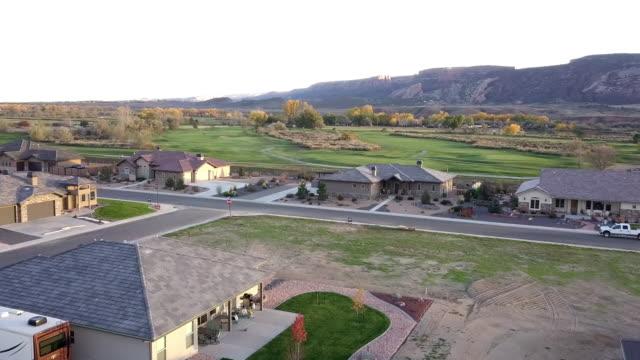 秋の夕暮れ時に高級ゴルフコースの夕方ドローンの映像 - コロラド州点の映像素材/bロール