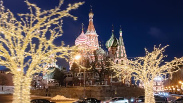 kväll hyper lapse av nyår vintern dekorerade röda torget och saint basil's cathedral (katedralen i vasily den välsignade), moskva, ryssland - röda torget bildbanksvideor och videomaterial från bakom kulisserna