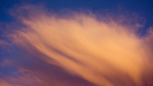 dramatik hızlı hareket eden gök gürültülü bulutlar ile akşam gökyüzü - kabarık stok videoları ve detay görüntü çekimi