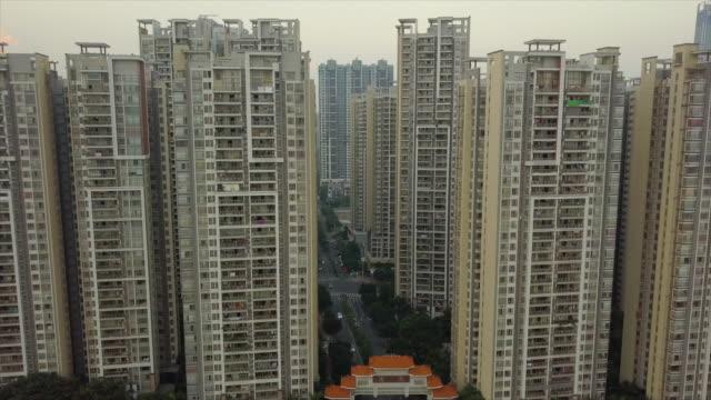 夜の時間広州都市アパート ブロック空中パノラマ 4 k 中国 - 中国 広州市点の映像素材/bロール