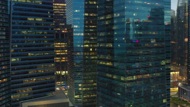 temps du soir illuminé singapour ville du centre-ville des immeubles de bureaux panorama aérien 4k - Vidéo