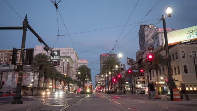 Evening to night timelapse on a street - vídeo
