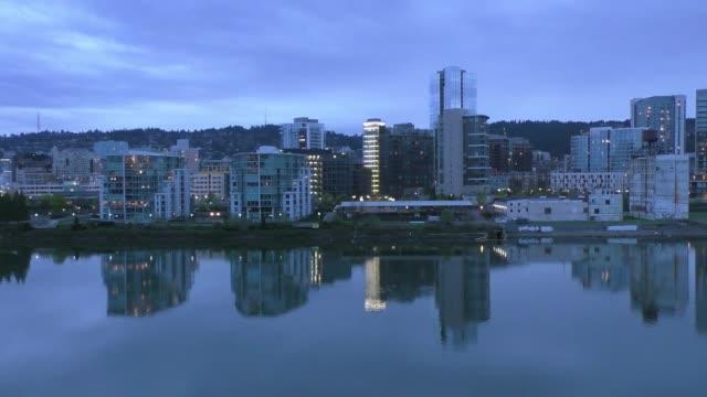 vídeos de stock e filmes b-roll de evening twilight view of portland, oregon downtown - gmail