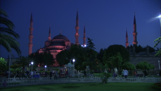 Evening view of the Sultanahmet Camii (Blue Mosque) in Istanbul, Turkey video