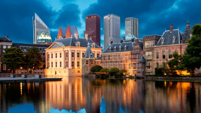 evening view on binnenhof palace - dutch architecture stock videos & royalty-free footage