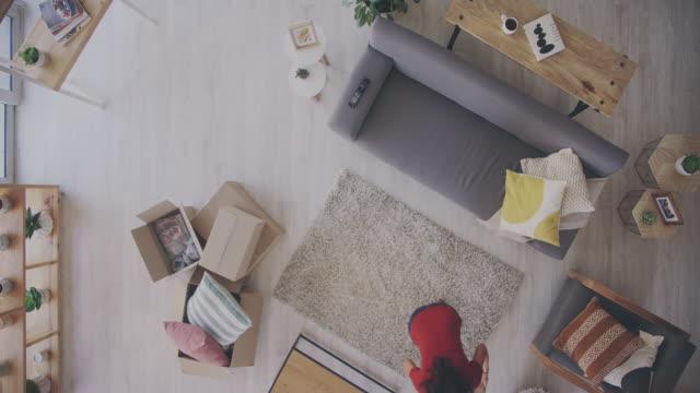 모든 어린이는 집에 전화 할 수있는 장소를받을 자격이 - 거실 스톡 비디오 및 b-롤 화면