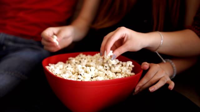 stockvideo's en b-roll-footage met iedereen is het eten van popcorns bij het kijken naar films - popcorn