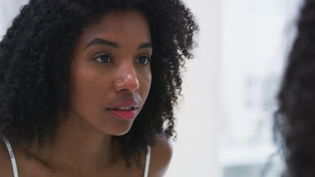 vídeos de stock e filmes b-roll de everything changes when you accept yourself - espelho