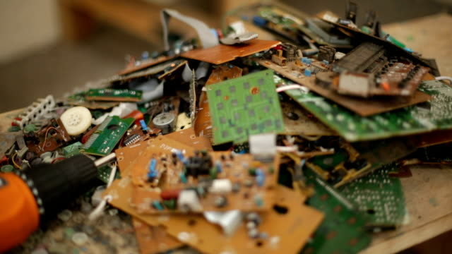 E-waste pull-focus video