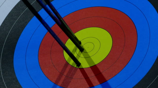 Bидео exact hit of arrows from the bow in the center of the target