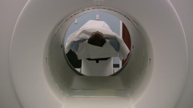 vídeos de stock e filmes b-roll de exame do dia - tomografia