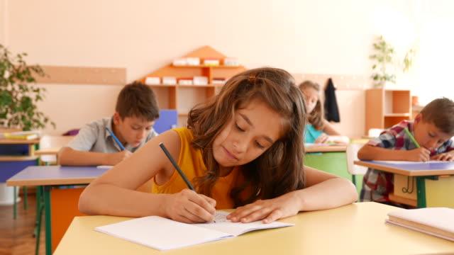 Prüfung im Klassenzimmer – Video