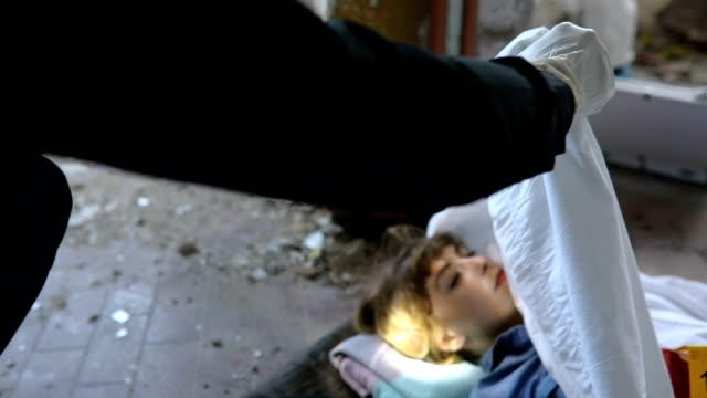 examining murder victim - cadavere video stock e b–roll