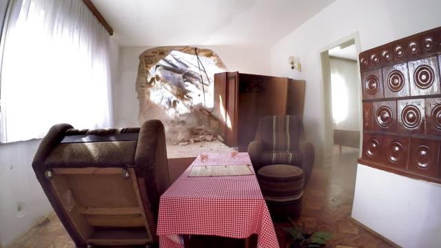 内側から見た ld ショベル古い家の壁を突破 - テーブル 無人のビデオ点の映像素材/bロール