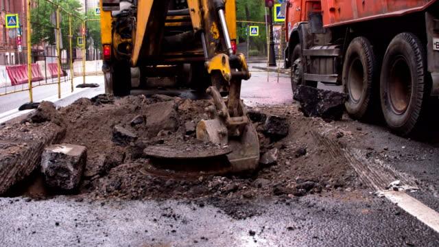 grävmaskin bedriver markarbeten - excavator bildbanksvideor och videomaterial från bakom kulisserna