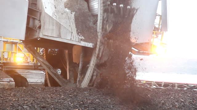 vidéos et rushes de excavator pour creuser charbon - machinerie