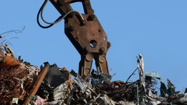 stockvideo's en b-roll-footage met graafmachine grijpen industrieel afval - shovel