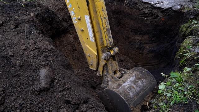 gräv skopan gräver i marken - excavator bildbanksvideor och videomaterial från bakom kulisserna