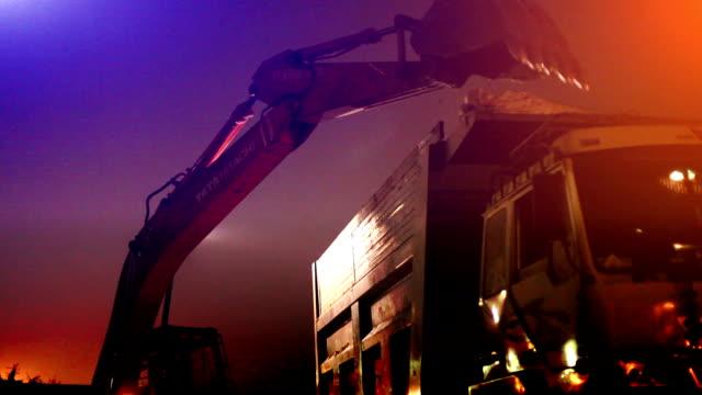 escavatore lavoro presso cava di sabbia - attrezzatura edilizia video stock e b–roll