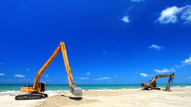 excavator working on the beach - excavator bildbanksvideor och videomaterial från bakom kulisserna