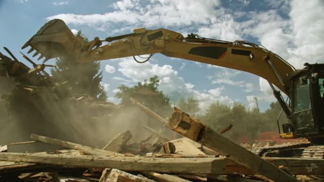 cs grävmaskin arbetar på platsen för en byggnad rivning - excavator bildbanksvideor och videomaterial från bakom kulisserna