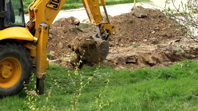 varna, bulgarien - 26 apr 2017 - grävmaskiner på jobbet - excavator bildbanksvideor och videomaterial från bakom kulisserna