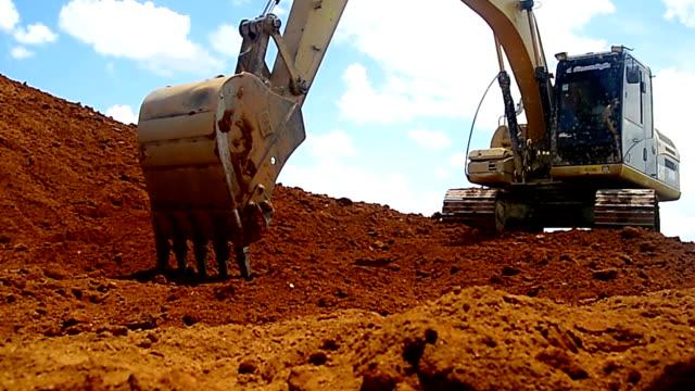 grävmaskiner maskin i byggarbetsplatsen på himmel bakgrund - excavator bildbanksvideor och videomaterial från bakom kulisserna