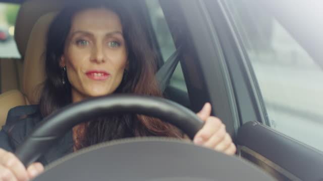vídeos de stock, filmes e b-roll de mulher de negócios atraente animado ouvir música enquanto estiver dirigindo um carro. - carro mulher