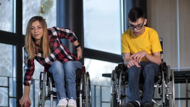 ゲーム中に車椅子で興奮したボッチェ選手 - disabilitycollection点の映像素材/bロール