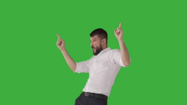 upphetsad affärs man firar framgång - endast en man bildbanksvideor och videomaterial från bakom kulisserna
