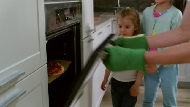 Bидео Excited Children Waiting for Pizza to Bake
