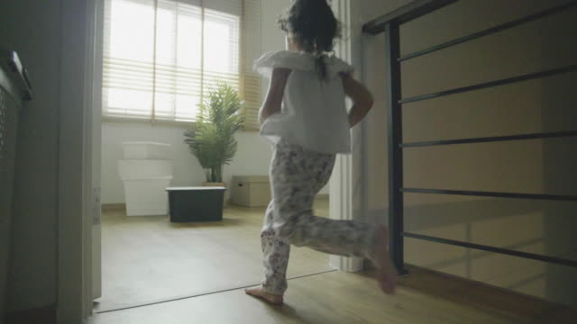 upphetsad par med barn och lådor flyttar i new house - flyttlådor bildbanksvideor och videomaterial från bakom kulisserna