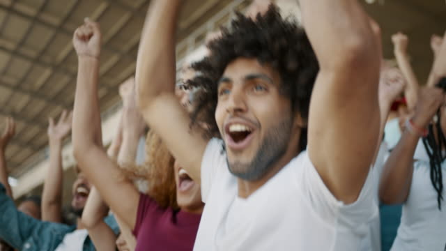 vídeos de stock, filmes e b-roll de torcedores animados comemorando a vitória de seu time - esporte