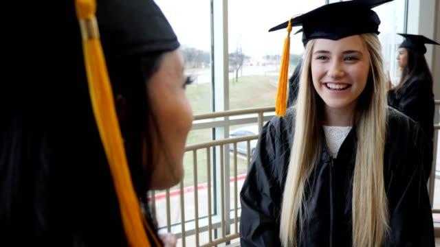 vídeos de stock, filmes e b-roll de graduados fêmeas excited da high school - braço humano