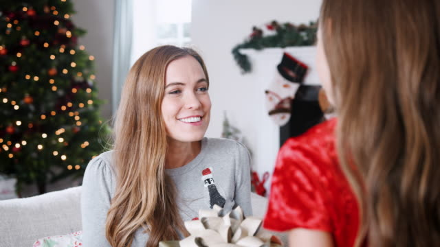 glada mor-mottagning julklapp från dotter hemma - christmas presents bildbanksvideor och videomaterial från bakom kulisserna