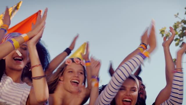 흥분된다 음악 팬수 up front - 20 29세 스톡 비디오 및 b-롤 화면